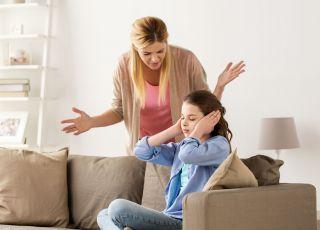 Kobieta, która kłóci się z pasierbicą