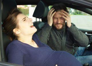 Kobieta, która rodzi w samochodzie