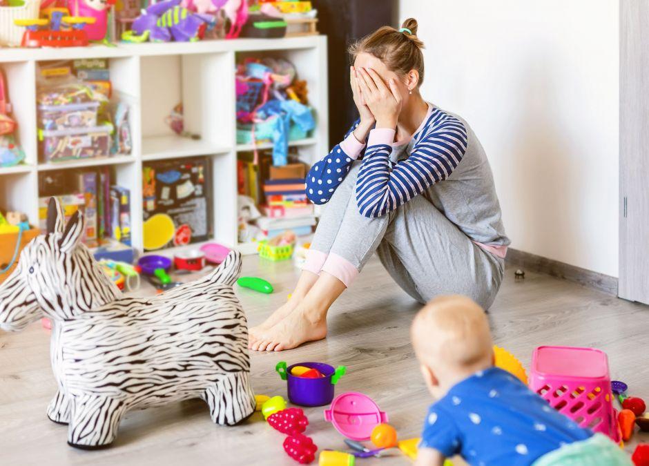Kobieta, która zajmuje się dziećmi