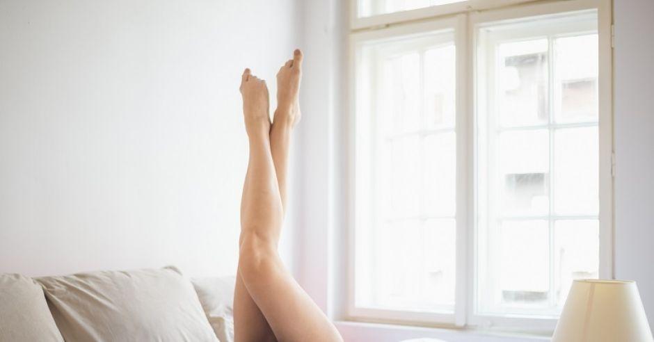 kobieta, łóżko, nogi, relaks