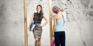 kobieta, lustro, sprzątanie, szczęśliwa kobieta, zmęczenie