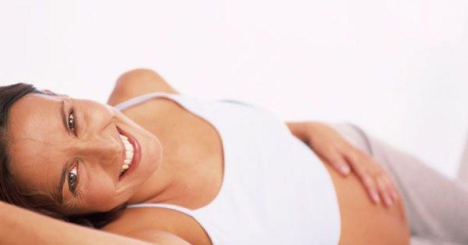 kobieta, mama, ciąża, brzuszek, uśmiech, leżeć