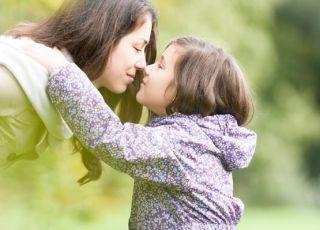 kobieta, mama, dziecko, córka spacer, węch, wąchać, zapach