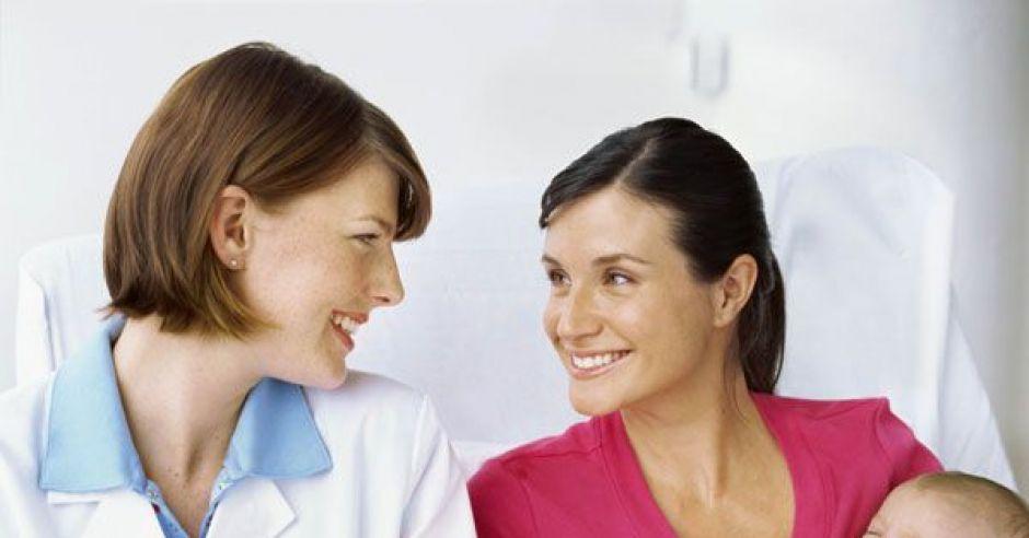 badania przesiewowe noworodka, kobieta, mama, lekarz, szpital, noworodek