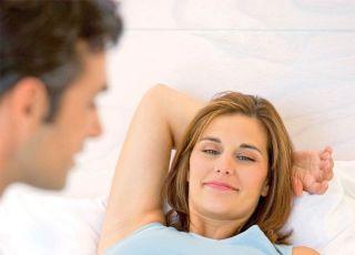 kobieta, mama, tata, mężczyzna, ciąża, brzuszek, leżeć, masaż stópek, łóżko