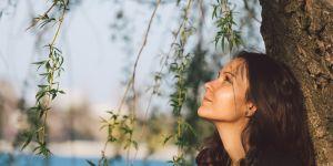 kobieta martwi się z powodu utraty ciąży