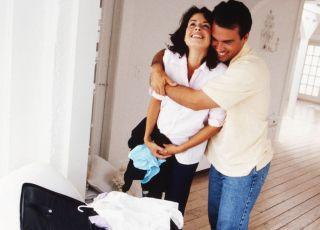 kobieta, mężczyzna, ciąża, pakowanie, mama, tata, poród, przed porodem, walizka