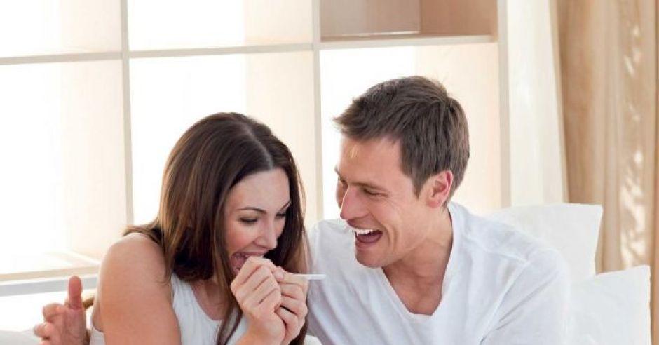 kobieta, mężczyzna, łóżko, test ciążowy, radość