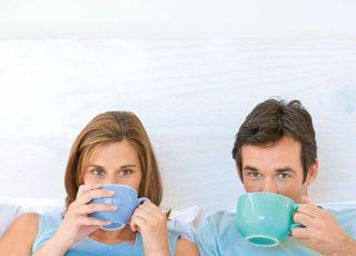 kobieta, mężczyzna, mama, tata, łóżko, ciąża, brzuszek, kubek, pić