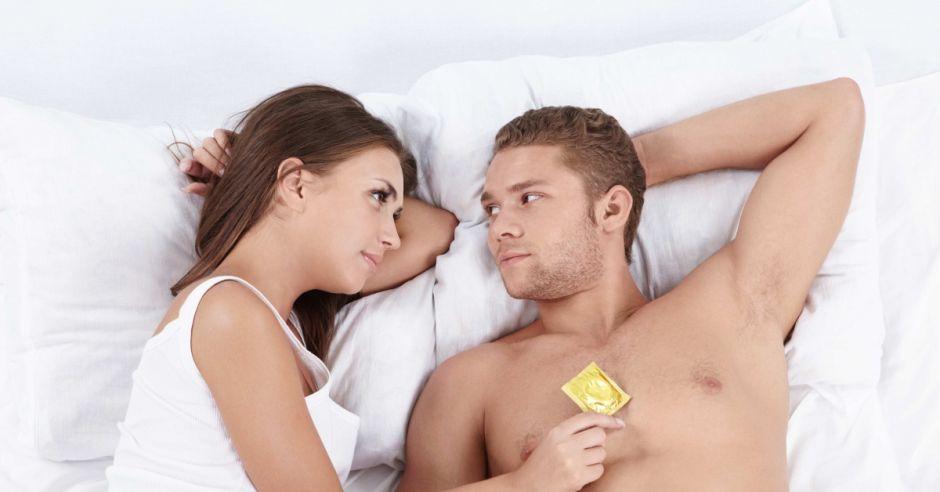 Kobieta, mężczyzna, prezerwatywa, prezerwatywy, współżycie, seks, kobieta i mężczyzna w łóżku, antykoncepcja