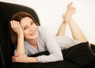 Kobieta na kanapie, relaks, odpoczynek