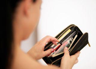 kobieta, oszczędzanie, portfel, rozrzutność