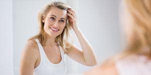 kobieta patrzy na siebie przed lustrem