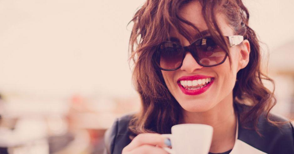 kobieta pije kawe
