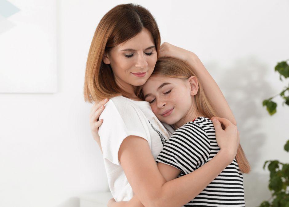 Kobieta pociesza córkę