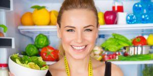 kobieta przy lodówce, warzywa, owoce, odchudzanie, zdrowa dieta