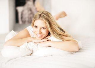 kobieta, radość, emocje, łóżko