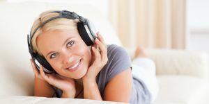 kobieta słuchająca relaksującej muzyki