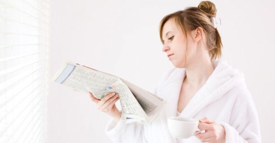 kobieta, szlafrok, gazeta