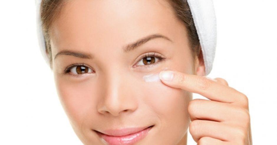 kobieta, twarz, krem, uroda, pielęgnacja twarzy, przebarwienia