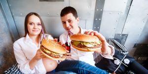 Kobieta w ciąż, hamburger, nieprawidłowa dieta,