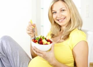 Kobieta w ciąży jedząca posiłek z diety ciężarnej