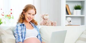 kobieta w ciąży kompletuje wyprawkę dla dziecka