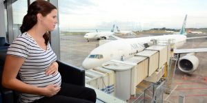Kobieta w ciąży na lotnisku