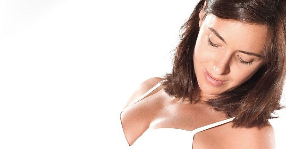 Kobieta w ciąży patrzy na cellulit na udzie