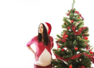 kobieta w ciąży przy choince