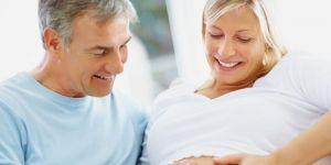 kobieta w ciąży, ruchy dziecka w ciąży, ruchy dziecka w brzuchu, tata