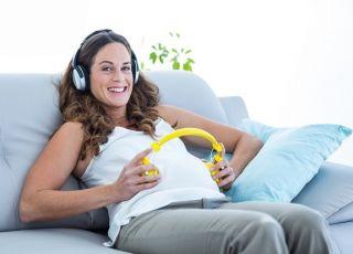kobieta w ciązy słycha muzyki