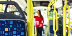 kobieta-w-ciazy-w-autobusie