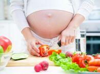 Kobieta w ciąży w kuchni