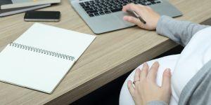 kobieta w ciąży w pracy, ciąża, ciężarna, praca, laptop, kobieta w ciąży