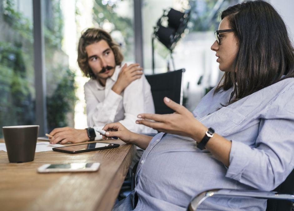 kobieta w ciąży w pracy na rozmowie