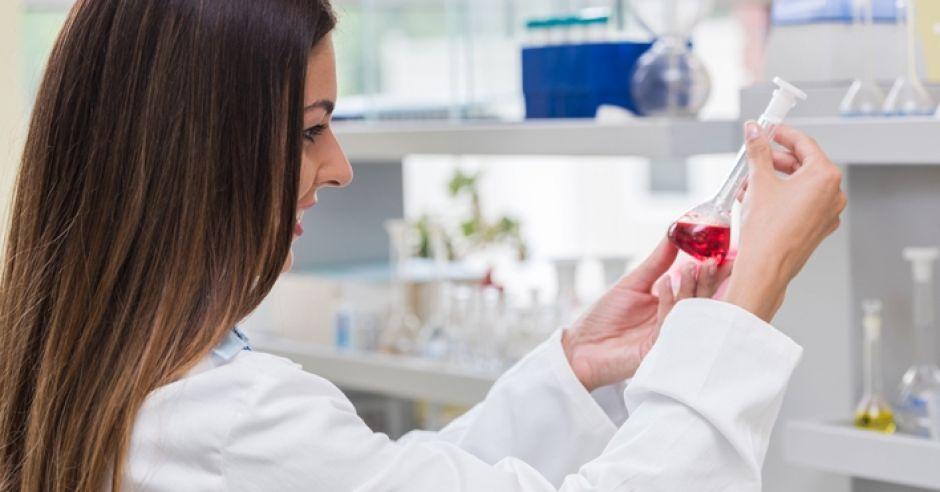 kobieta w ciąży wykonuje test NIPT