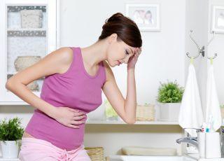 kobieta w ciąży z bolącym brzuchem