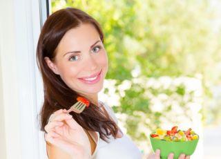 kobieta w ciąży, dieta w ciąży, ciąża, kobieta, sałatka, owoce, zachcianki