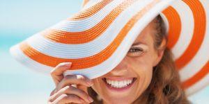 kobieta w kapeluszu, lato, plaża, uśmiech, białe zęby