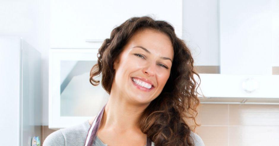 kobieta w kuchni, kobieta gotuje