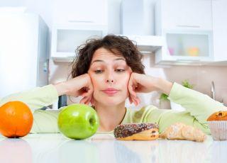 Kobieta w kuchni, odchudzanie, jedzenie, sposób na odchudzanie