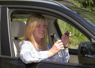 Kobieta w samochodzie, woda mineralna, samochód