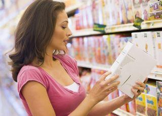 kobieta w sklepie czyta etykietę
