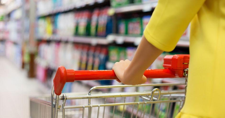 Kobieta w sklepie, zakupy, wózek sklepowy