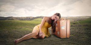 kobieta, walizka, wakacje, zmęczenie