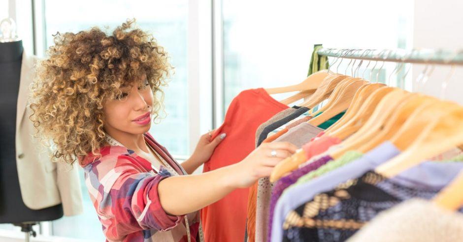 kobieta wybiera ubranie