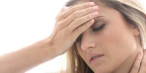 Kobieta z bólem głowy i karku