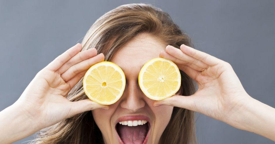 kobieta z cytrynami na oczach