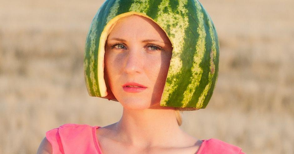 kobieta z kaskiem z arbuza na głowie